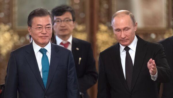 Владимир Путин и президент Республики Корея Мун Чжэ Ин во время церемонии встречи в Кремле. 22 июня 2018