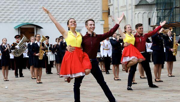 c6db995af19 Выступление танцевального коллектива на торжественной церемонии выпуска  офицеров из высших военных учебных заведений Министерства ...