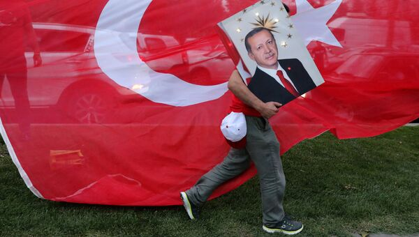Сторонник президента Турции Тайипа Эрдогана в Стамбуле, Турция. 24 июня 2018