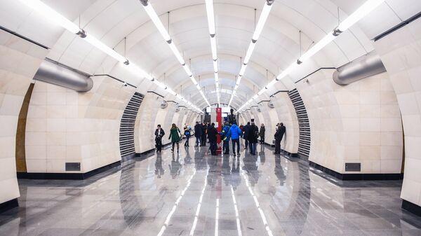 Пассажиры на открывшейся станции метро «Окружная» Люблинско-Дмитровской линии Московского метрополитена