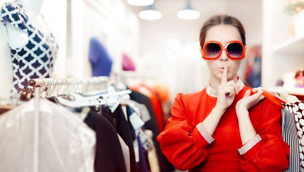 Девушка в магазине. Архивное фото