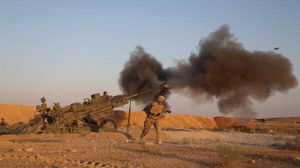 Военнослужащие армии США ведут огонь по позициям боевиков ИГ* у сирийско-иракской границы в рамках операции Непоколебимая решимость. 5 июня 2018 года