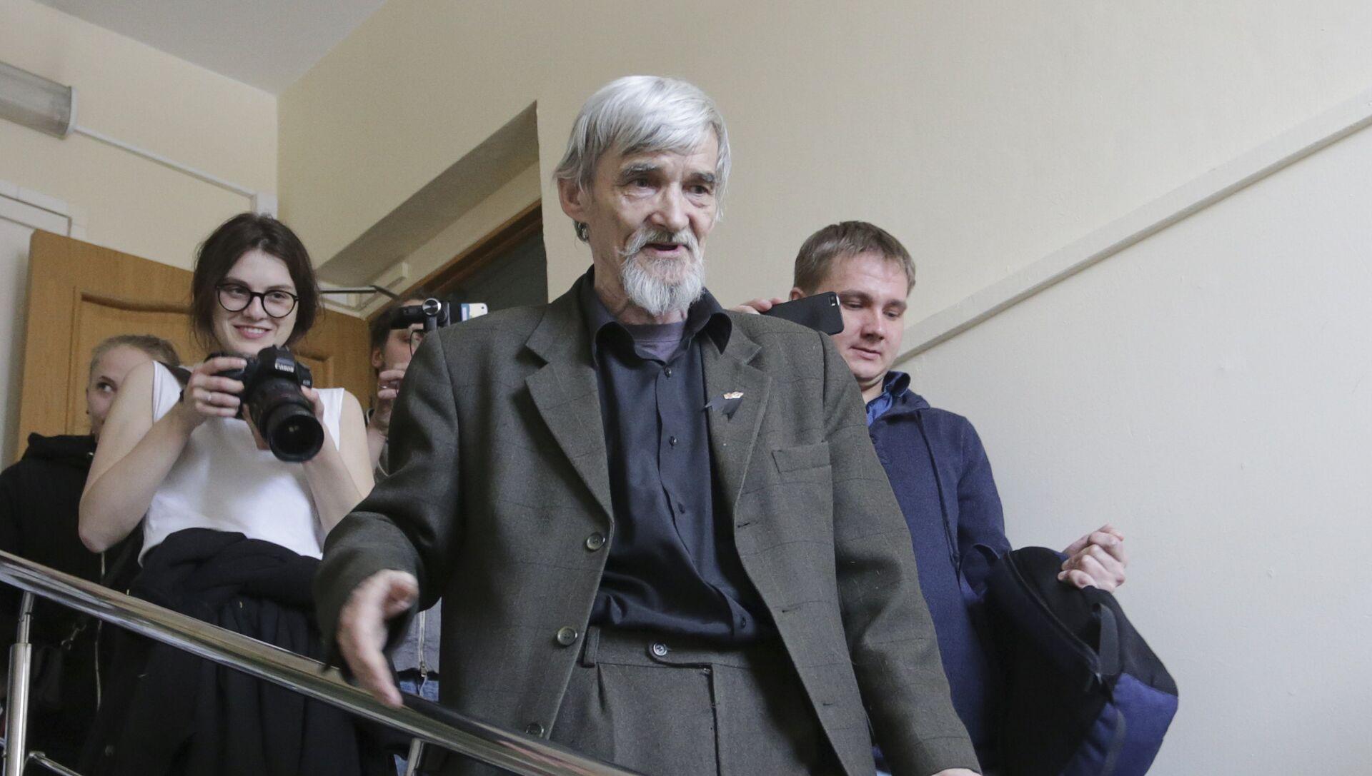 Историк Юрий Дмитриев после слушания в здании суда в Петрозаводске. 5 апреля 2018  - РИА Новости, 1920, 07.12.2020