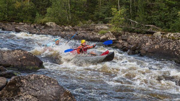 Туристы проходят на байдарке порог Имисев в ходе экспедиции по реке Пистайоки в Калевальском районе Карелии