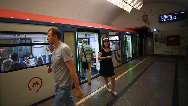 Электронное табло в московском метро с обратным отсчетом времени до прибытия поезда