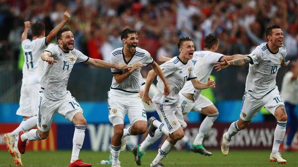 Игроки сборной России радуются победе в матче 1/8 финала чемпионата мира по футболу между сборными Испании и России. 1 июля 2018