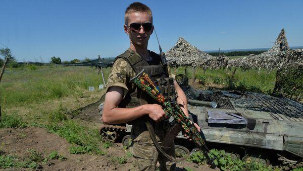 Украинский военный на позиции у линии разграничения в Донбассе