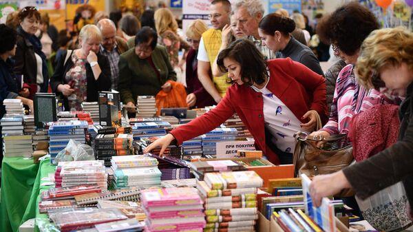 Посетители на 30-й Московской международной книжной выставке-ярмарке в Москве