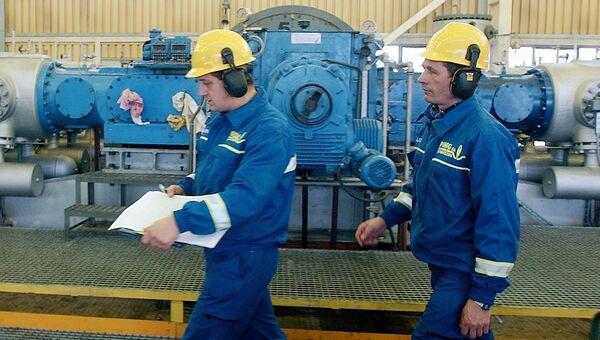 Рабочие на газораспределительной станции компании PGNiG под Варшавой, Польша. Архивное фото