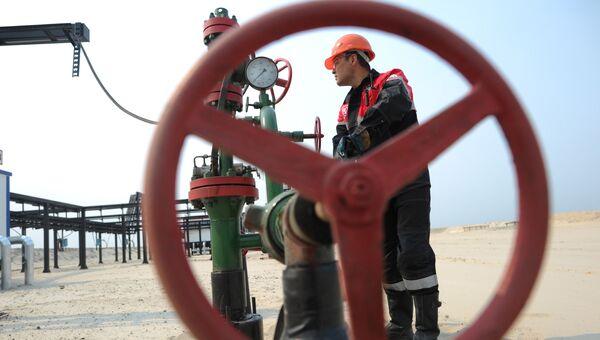 Оператор по добыче нефти компании Лукойл. Архивное фото