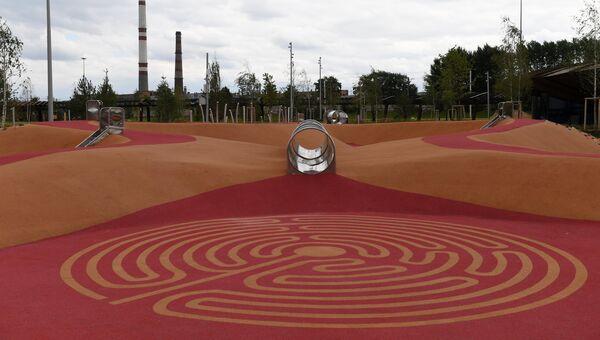 Детская площадка на территории парка Тюфелева роща в Москве. 3 июля 2018