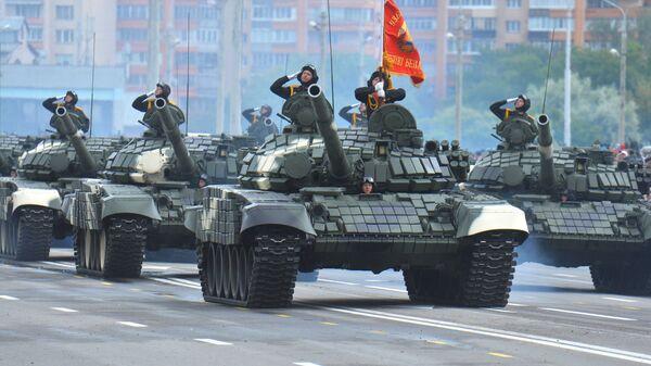 Колонна танков Т-72Б проходит по центру Минска во время военного парада, посвященного Дню Независимости Белоруссии
