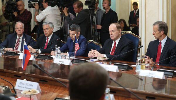 Сенатор от Канзаса Джерри Моран, посол США в России Джон Хантсман, сенатор США от штата Алабама Ричард Шелби и сенатор от штата Южная Дакота Джон Тун во время встречи членов Совета Федерации РФ с делегацией Конгресса США. 3 июля 2018