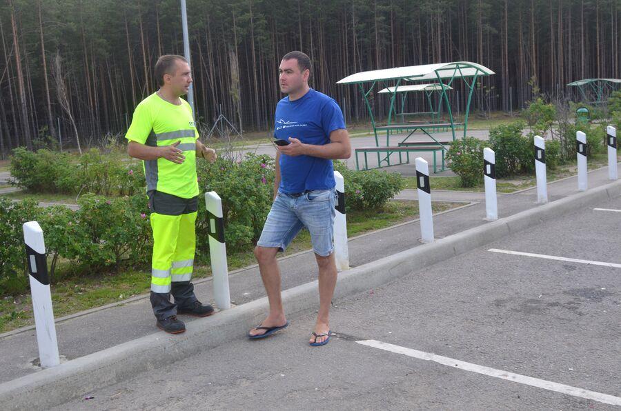Сотрудник Службы аварийных комиссаров и водитель на трассе М-11