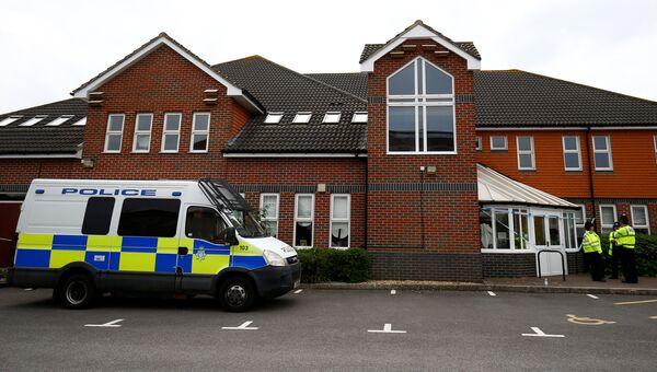 Полицейские у здания Баптистской церкви в британском Эймсбери после госпитализации двух человек из-за отравления. 4 июля 2018