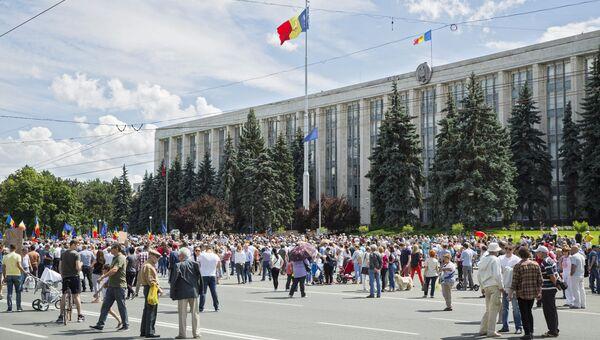 Сторонники Андрея Нэстасе, набравшего больше всего голосов на выборах мэра Кишинева, протестуют возле мэрии Кишинева против окончательного решения суда, не признавшего итоги голосования