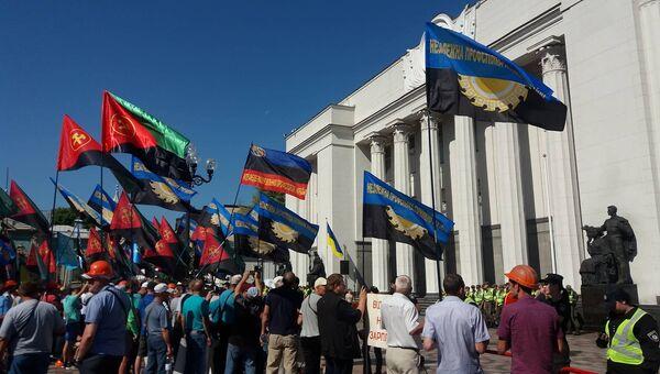 Шахтеры во время митинга у здания Верховной рады Украины. Архивное фото
