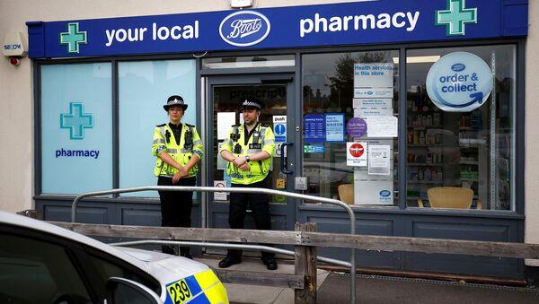 Британские полицейские в оцеплении у отделения аптеки в Эймсбери после госпитализации двух человек из-за отравления