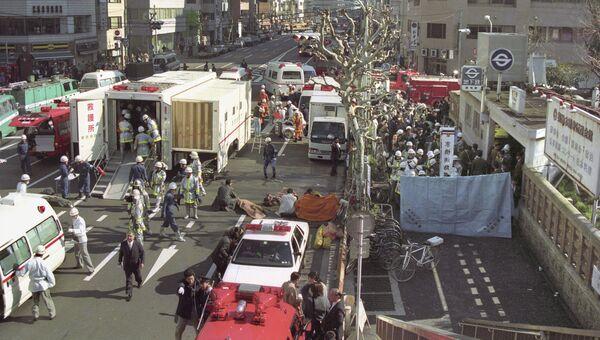 Пострадавшие в результате распыления газа зарин у станции метро в Токио. 20 марта 1995