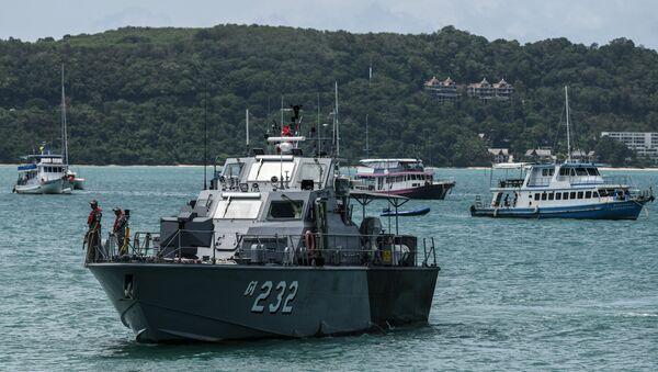 Спасатели прибывают на место катастрофы туристической лодки на Пхукете, Таиланд. 5 июля 2018
