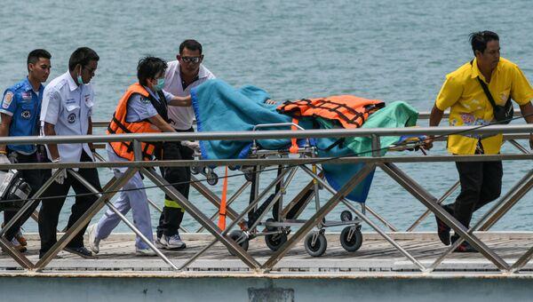 Спасатели на месте катастрофы туристической лодки на Пхукете, Таиланд. 6 июля 2018