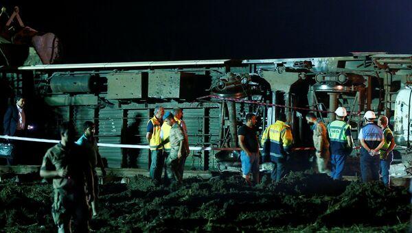 Спасатели и врачи работают на месте крушения поезда возле города Чорлу в провинции Текирдаг, Турция. 9 июля 2018