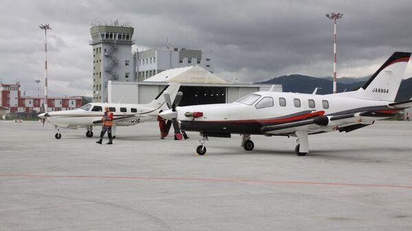 Японская делегация из 28 человек прилетела в аэропорт Южно-Сахалинск с острова Хоккайдо на семи легкомоторных самолетах. 6 июля 2018