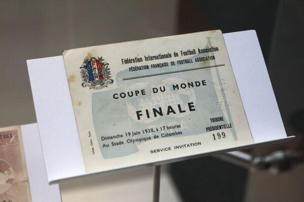 Vip-билет на финальный матч Кубка Мира ФИФА 1938-го года Италия-Венгрия, представленный на выставке футбольной атрибутики Qatar @RoadTo2022 Exhibition в ГУМе в Москве
