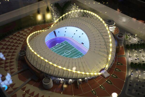 Макет стадиона Khalifa International Stadium, представленный на выставке футбольной атрибутики Qatar @RoadTo2022 Exhibition в ГУМе в Москве