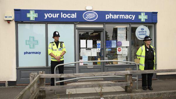 Полицейские у аптеки в Эймсбери