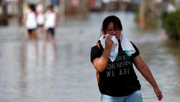 Женщина во время наводнения в городе Курасики, префектура Окаяма, Япония. 8 июля 2018 года