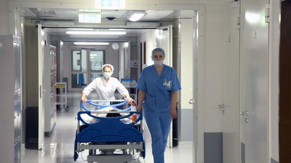 Медсестры транспортируют пациента в отделении реанимации. Архивное фото