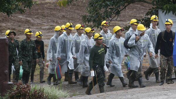 Спасатели у пещеры Тхам Луанг в провинции Чиангмай, Таиланд