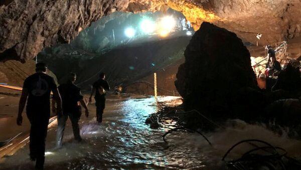 Фотография спасательной операции в пещере Тхам Луанг в Таиланде, опубликованная на странице Илона Маска в Twitter