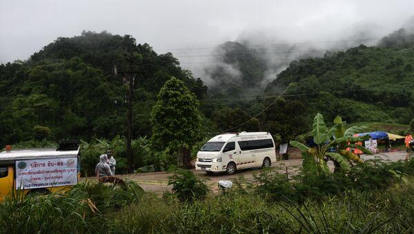 Скорая помощь покидает район пещеры Тхам Луанг в Таиланде. 10 июля 2018