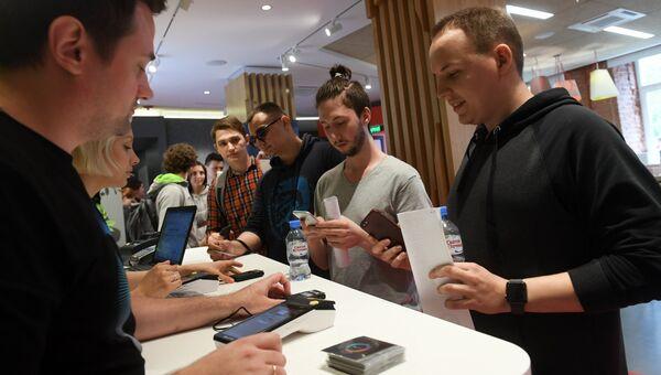 Посетители в фирменном магазине, где стартует продажа умной колонки Яндекс.Станция