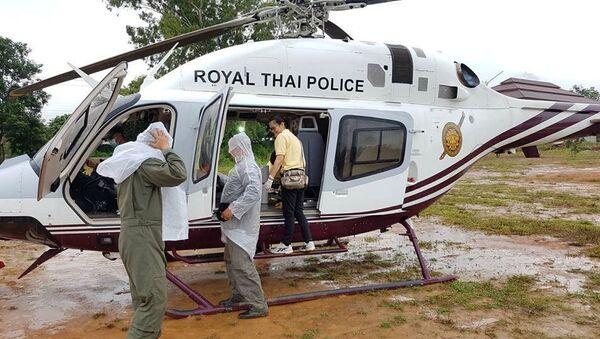 Спасательный персонал готовит транспорт для эвакуации мальчиков и их тренера по футболу, из затопленной пещеру, в северной провинции Чианг Рай, Таиланд. 10 июля 2018