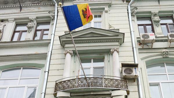 Флаг на здании посольства Молдавии в Москве