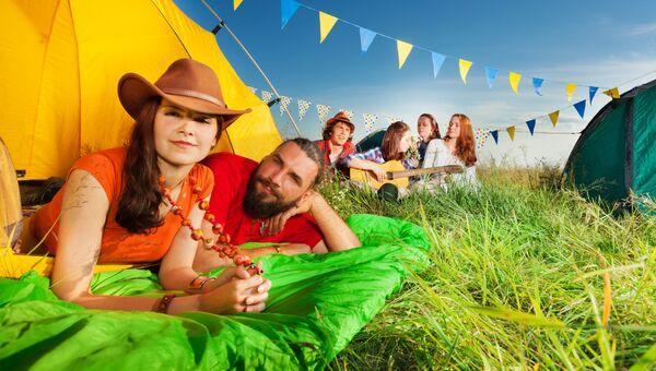 Молодые люди отдыхают в палаточном лагере