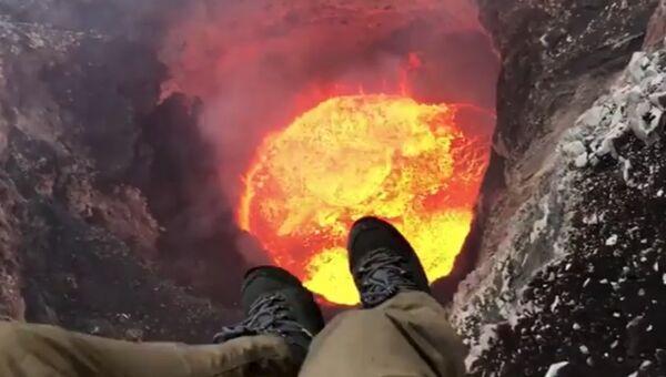 Пилот Энди Мартин над кратером Бенбоу на острове Амбрим