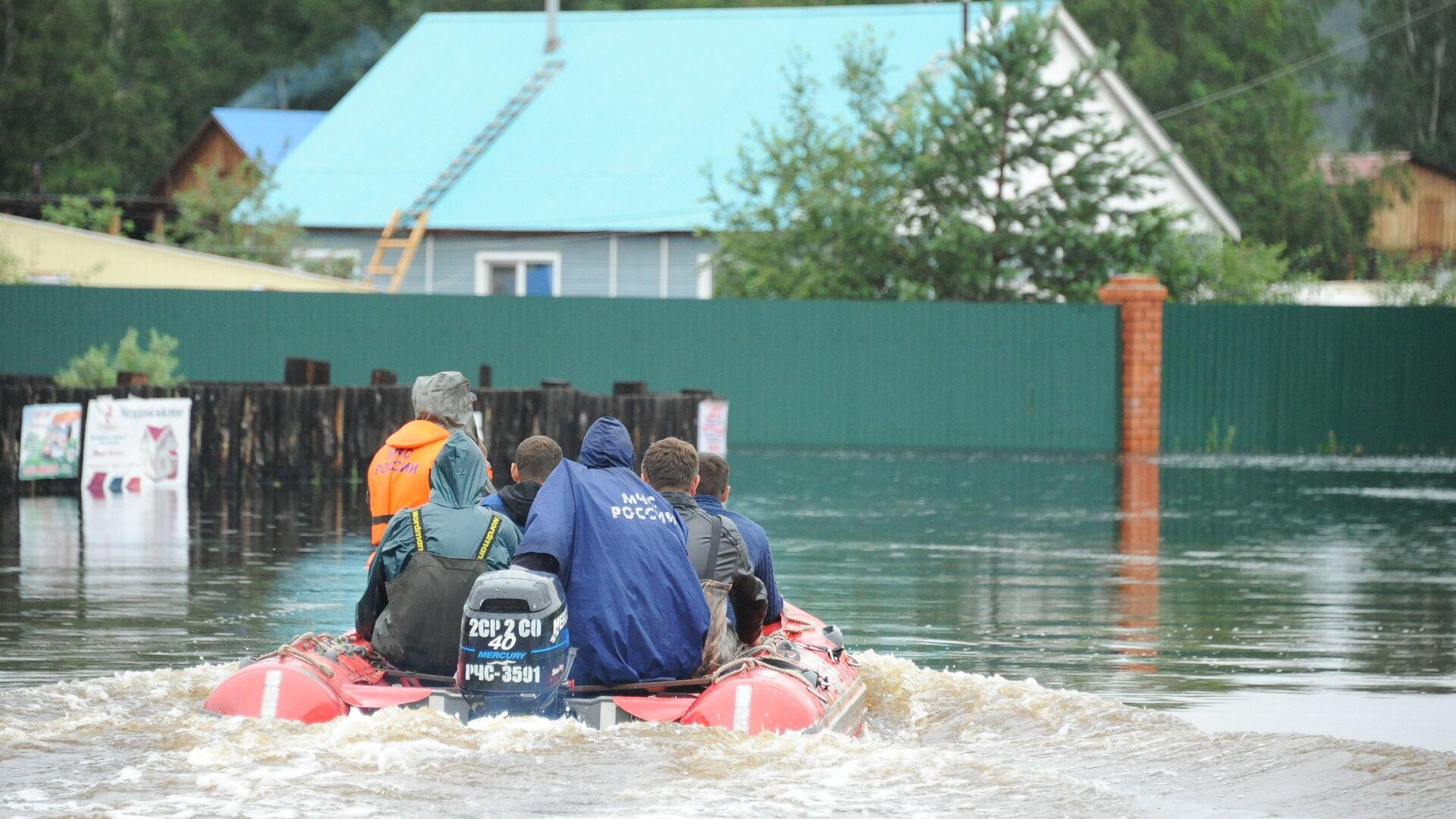 Сотрудники МЧС на затопленной в результате паводка улице в Чите - РИА Новости, 1920, 18.06.2021