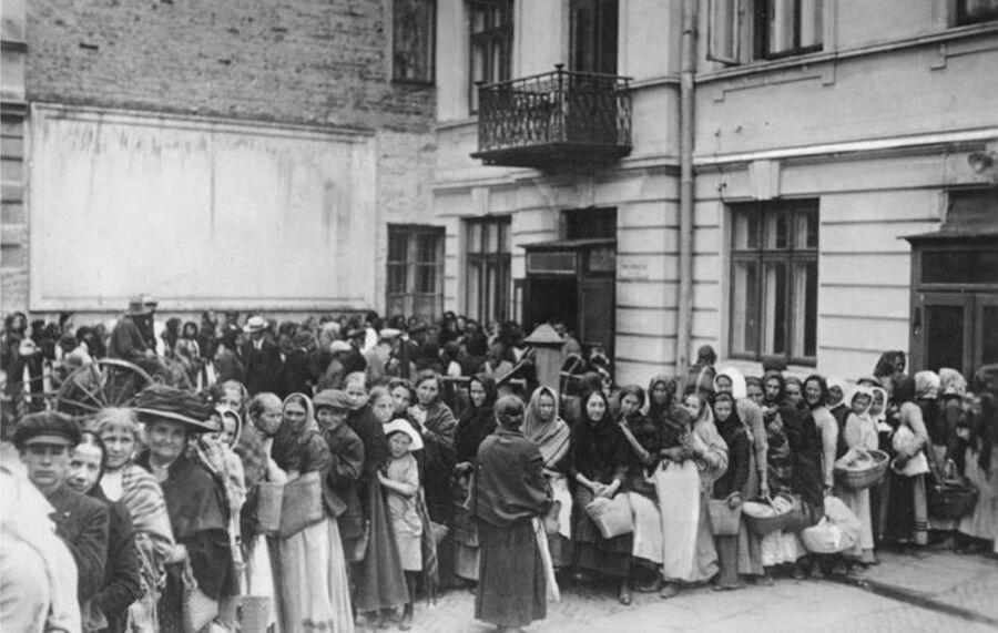 Очередь за хлебом в Германии во время Первой мировой войны
