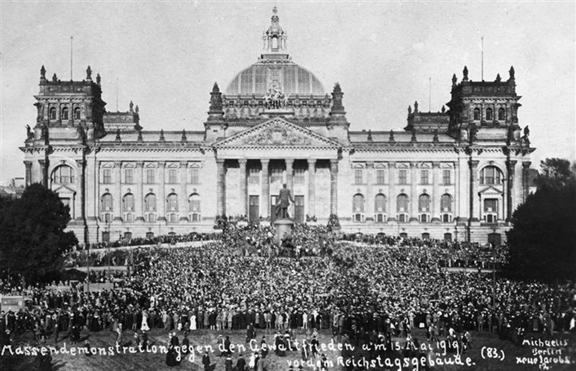 Массовые демонстрации перед зданием Рейхстаг против подписания Версальского мирного договора  - РИА Новости, 1920, 06.11.2020