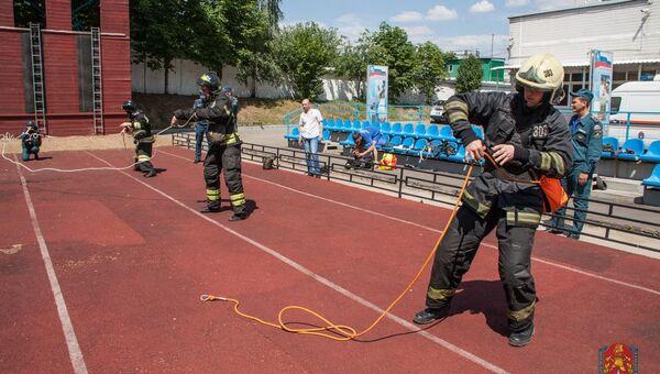 Номинанты на звание Лучшего пожарного вяжут двойную спасательную петлю на скорость