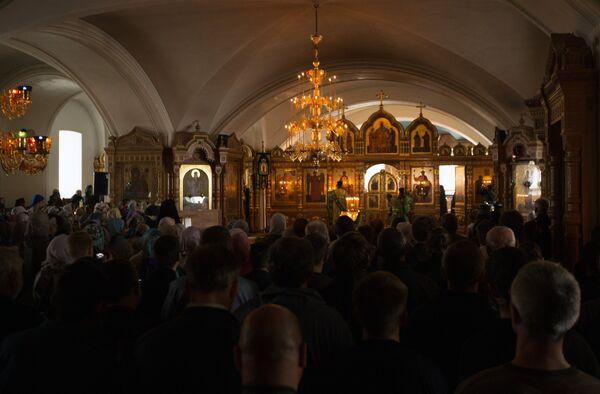 Верующие во время вечерней службы в Спасо-Преображенском соборе в день празднования памяти преподобных Сергия и Германа Валаамских
