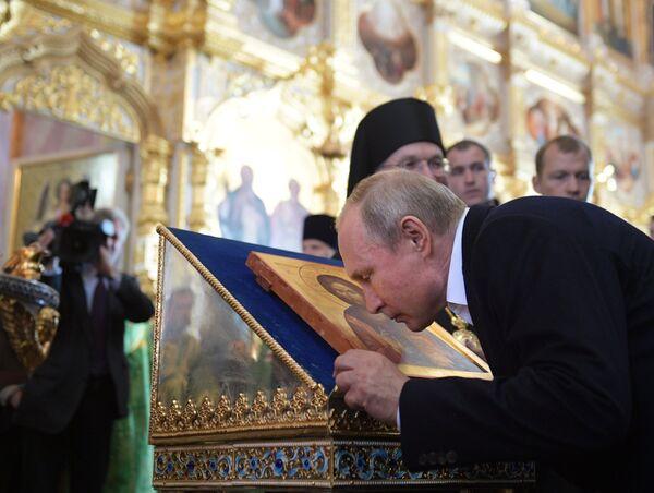 Президент РФ Владимир Путин во время посещения Валаамского монастыря в день празднования памяти преподобных Сергия и Германа Валаамских