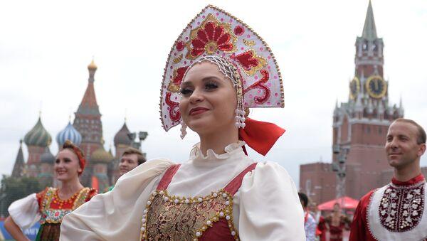 Выступление танцевального коллектива перед началом выставочного матча легенд ФИФА на Красной площади в Москве