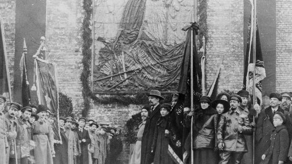В. Ленин и Я. Свердлов на Красной площади у Кремлевской стены во время демонстрации трудящихся, 1918 год