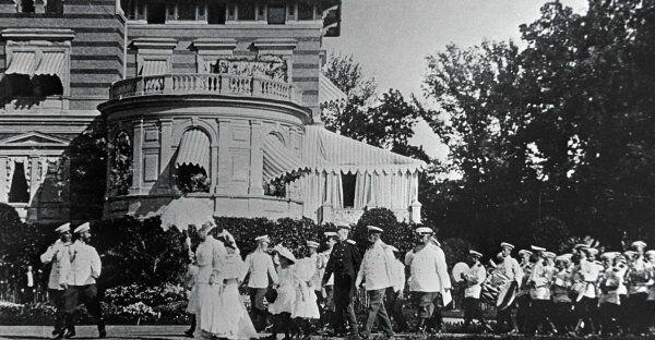 Царь Николай II (2-й слева) с семьей в Царском селе. Репродукция фотографии из фондов Исторического музея