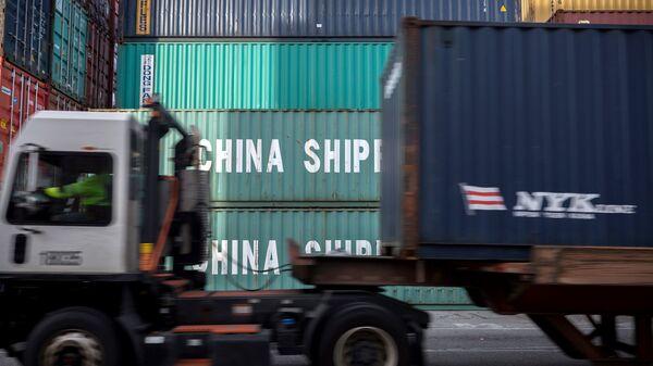 Грузовые контейнеры с китайскими товарами в порту Саванна в США